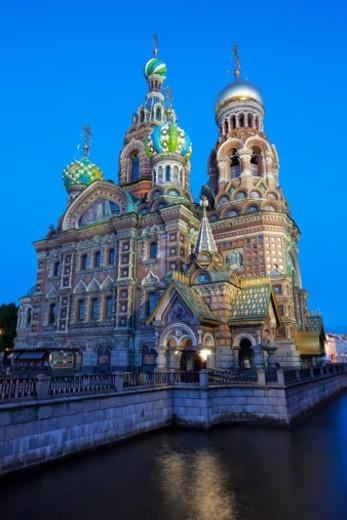 Stock Photo: 1598R-10081957 Kanal Griboedova and the highly ornate Church on Spilled Blood illuminated against a clear blue sky at dusk