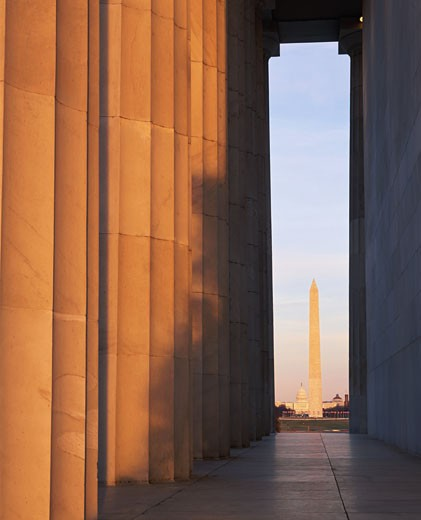 Stock Photo: 1598R-113728 USA, Washington DC, Washington Monument through colonnade