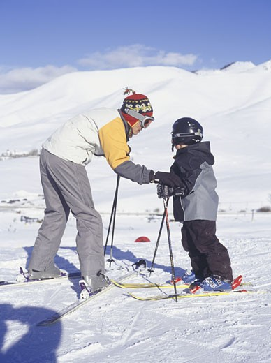 Mother and son (4-5) on skis : Stock Photo