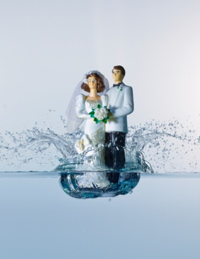 Stock Photo: 1598R-247039 Wedding cake figurines hitting water surface