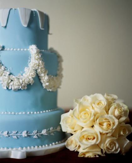 Stock Photo: 1598R-38680 Bouquet of roses beside wedding cake