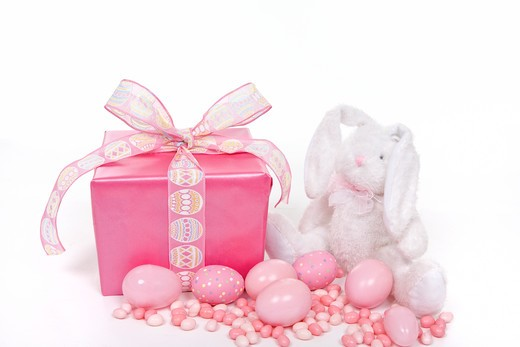 A fluffly bunny, Easter gift, Easter Eggs and jelly beans in oink. : Stock Photo