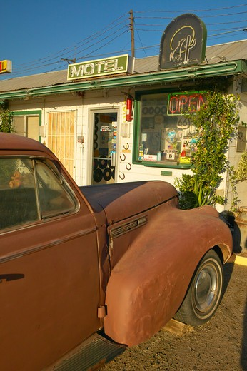 Historic vintage roadside motel on old Route 66 welcomes old cars and guests in Barstow California : Stock Photo