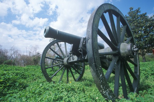 Civil War cannon on green grass at Vicksburg National Military Park, MS : Stock Photo