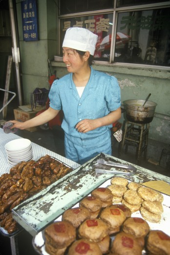Stock Photo: 1599-14670 Baker with goods in the Hutongs in Beijing in Hebei Province, People's Republic of China