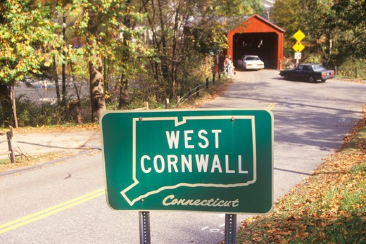 A covered bridge along scenic Route 7 in West Cornwall, Connecticut : Stock Photo