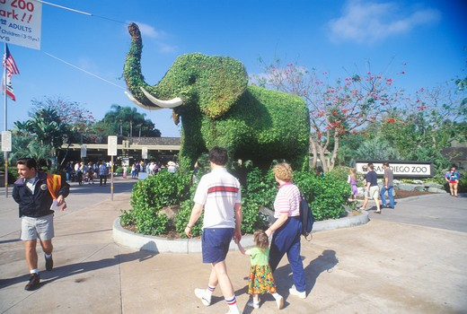 Tourists entering the San Diego Zoo, CA, with elephant topiary : Stock Photo