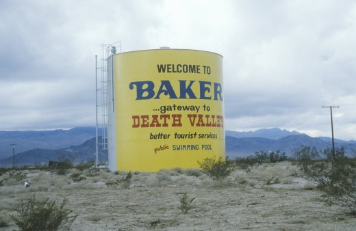 A sign that reads Welcome to Baker?gateway to Death Valley? : Stock Photo