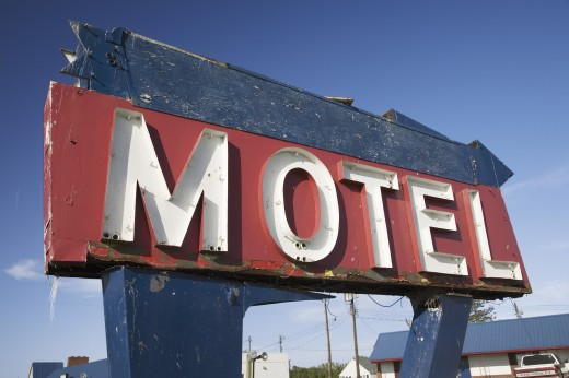 Deserted motel sign rotting away on Route 13 on the Eastern Shore of Maryland : Stock Photo