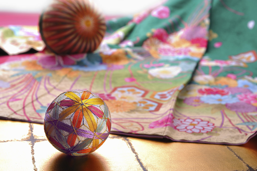 Stock Photo: 160-1611 Kimono with decorative balls
