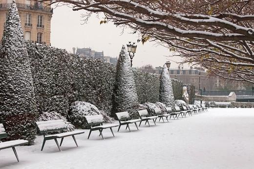 Stock Photo: 1606-104614 France, Paris in winter, Ile de la Cit, Square de l'Ile de France