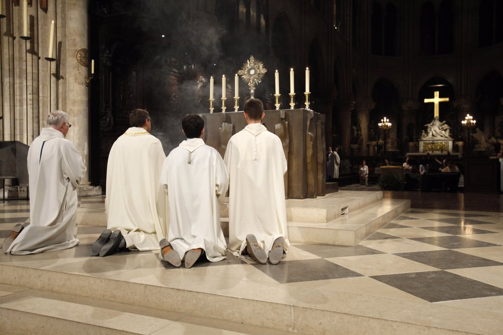 France, Paris, Holy sacrament adoration in Notre Dame de Paris cathedral : Stock Photo