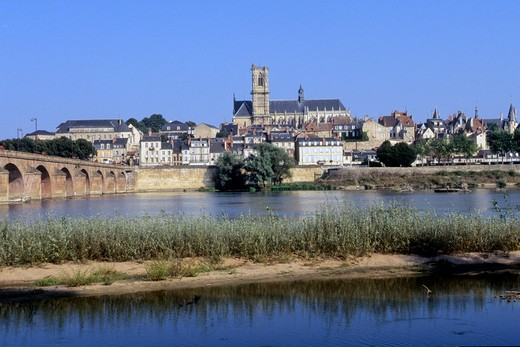 Stock Photo: 1606-107566 France, Burgundy, Nievre (58), Nevers city and Loire river