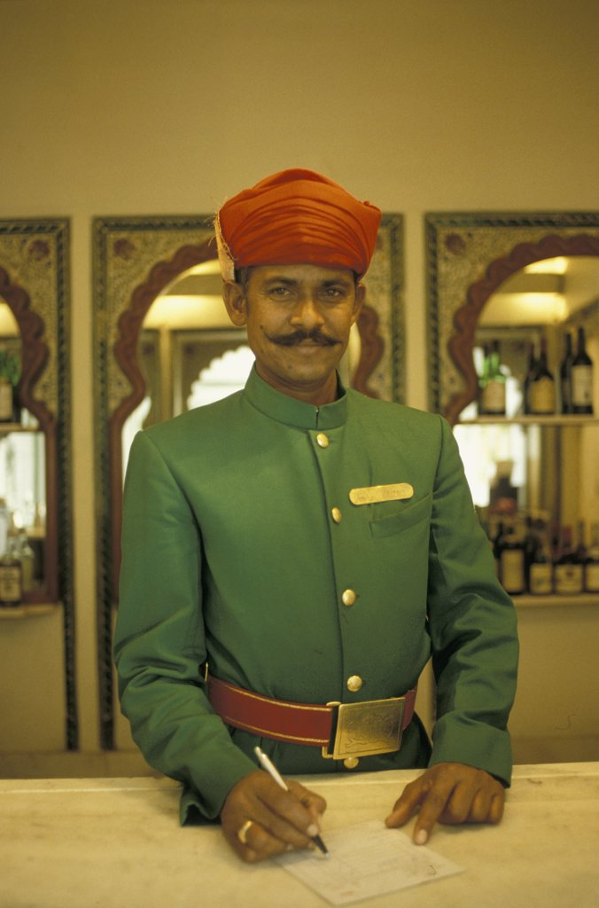 India, Rajasthan, Udaipur, Lake Palace Hotel, barman : Stock Photo