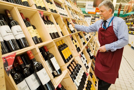 Stock Photo: 1606-116477 France, Ivry-sur-Seine, wine fair in a superstore (Carrefour)