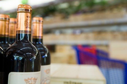 Stock Photo: 1606-117351 France, wine fair in a superstore