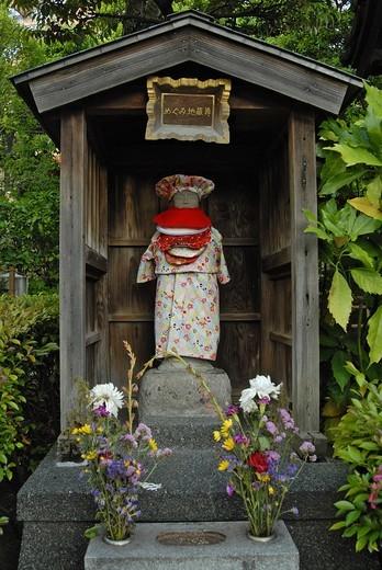 JAPON, TOKYO, Jizo looks after the souls of dead children : Stock Photo