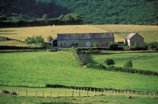 Stock Photo: 1606-12068 58. Ferme dans le sud du Morvan autour du Mont Beuvray, prés verdoyants