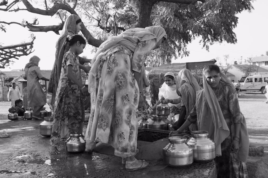 India, Gujarat, Kutch, north of Bhuj, women drawing water : Stock Photo