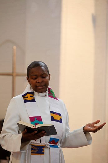 Stock Photo: 1606-127691 Grande-Bretagne, Londres, Priest celebrating a sunday service at Holy Trinity Dalston, London United Kingdom.