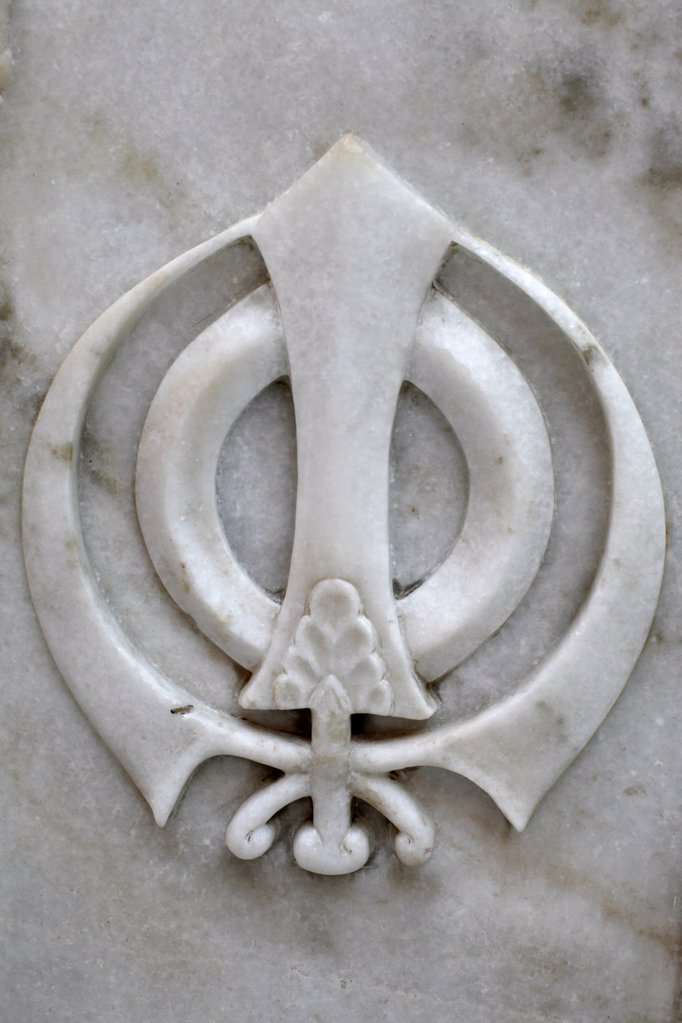India, Delhi. 'Gurdwara Sisganj, Old Delhi The Khanda (Punjabi:     , kha   ) is one of most important symbols of Sikhism. It is a collection of four weapons commonly used by Sikhs at the time of Guru Gobind Singh.  In the centre of the insignia is the tw : Stock Photo
