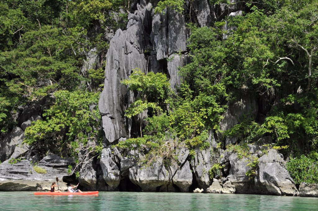 Stock Photo: 1606-131972 Philippines, Palawan, tourists in kayak