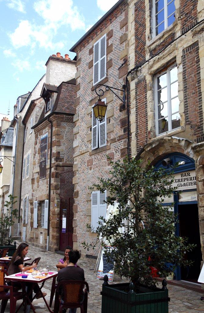 France, Auvergne, Allier (03), Moulins, Ancien Palais square : Stock Photo