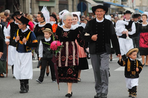 France, Brittany, Finistere (29), Concarneau, Filets Bleus festival, traditionnal dress : Stock Photo