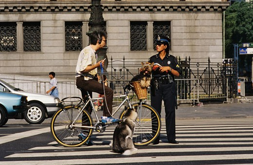 Argentina, Buenos Aires, policewoman speaking with a cyclist : Stock Photo