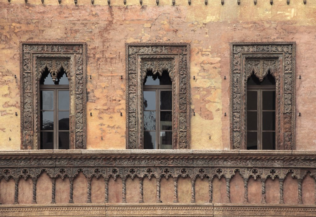 Stock Photo: 1606-169159 Italy, Lombardy, Mantova, windows, architecture detail,