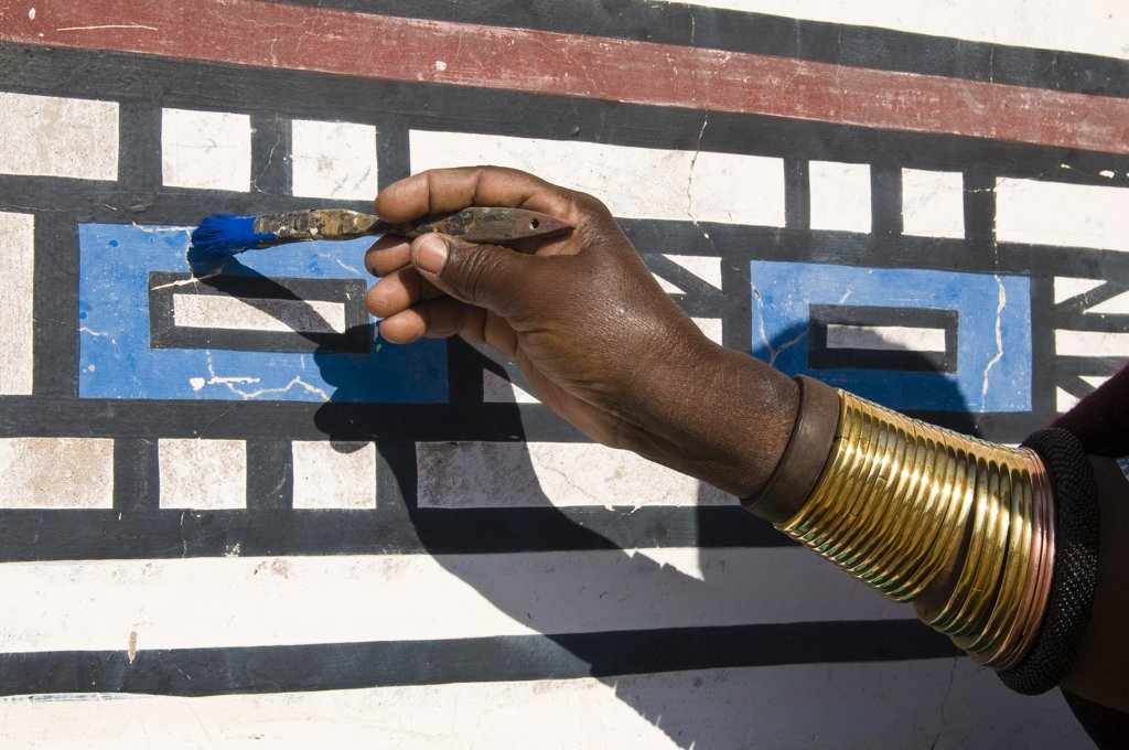 Africa, South Africa, Mpumalanga Province, KwaNdebele, Ndebele tribe, Mabhoko village, the artist Francina Ndimande painting walls : Stock Photo