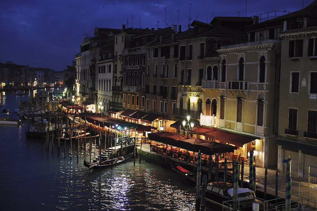 Stock Photo: 1606-172537 Italy, Venice, plunging View(Sight) of the Grand Canal, Seen from the Bridge(Deck) of Rialto