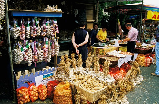 France, Auvergne, Puy-de-Dôme, Billom, garlic fair, stall holders, tourists looking at potatoes, garlic : Stock Photo