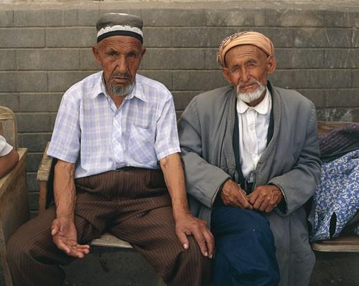 Stock Photo: 1606-17985 Ouzbekistan, Shakhrisabz, two old men sitting in the street