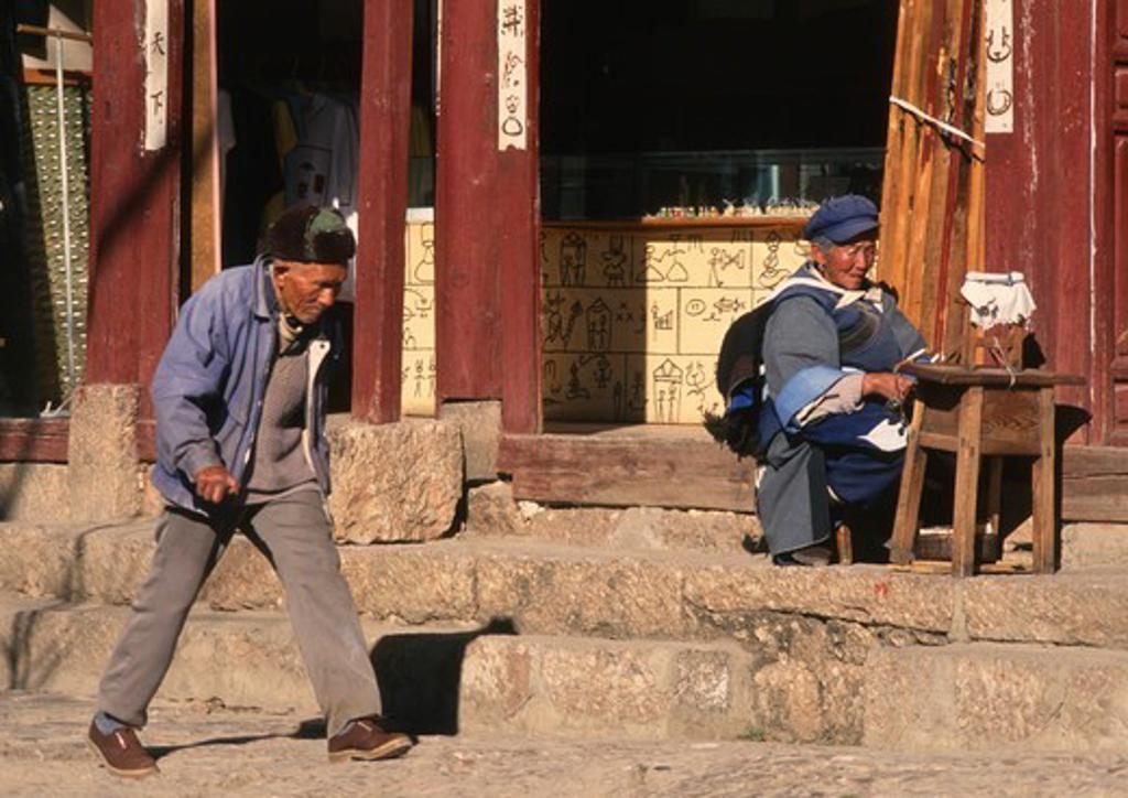 Stock Photo: 1606-183955 China, Yunnan, Lijiang, street scene, people,
