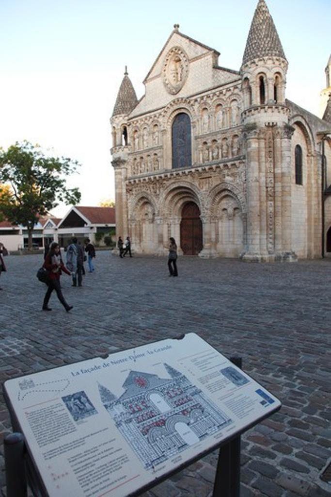 Stock Photo: 1606-197186 France, Poitou-Charentes, Vienne (86), Poitiers, Notre Dame La Grande Church And Charles De Gaulle Square