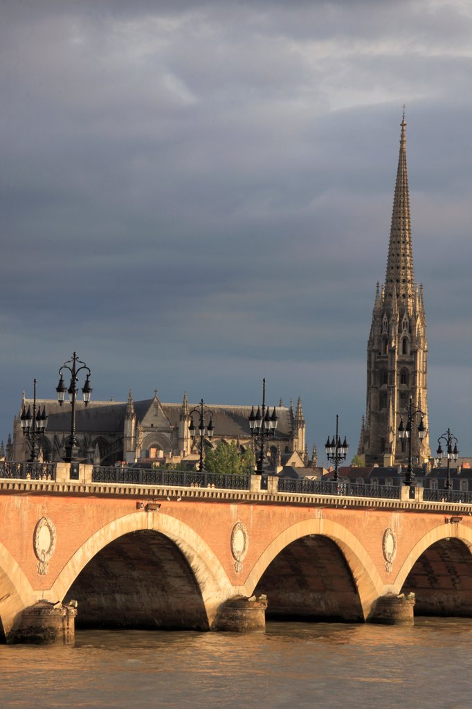 Stock Photo: 1606-200777 France, Aquitaine, Bordeaux, Pont De Pierre, Basilique St-Michel,