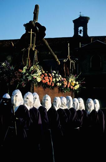 Stock Photo: 1606-20551 Espagne, Castille-Leon, Leon, semaine sainte, hommes en robes violettes et cagoules blanches portant homme jouant le Christ portant croix