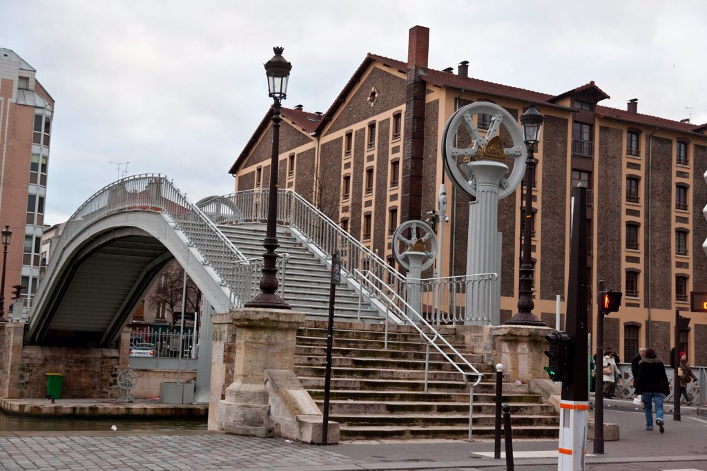 France, Paris, 19th district, Rue de Crimée, Vertical-lift Bridge : Stock Photo