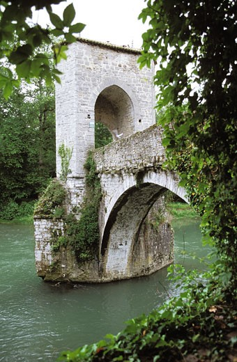 France, Aquitaine, Pyrénées Atlantiques, Béarn, Sauveterre-de-Béarn, bridge over Gave d'Oloron river (St. James' Way through Vézelay) : Stock Photo