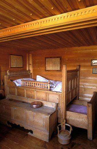 Stock Photo: 1606-22819 Suisse, intérieur chambre d'un chalet ancien, lit-coffre, banquette en bois, poutre, murs couverts de lambris