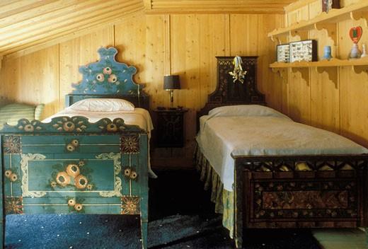 Intérieur chambre d'un chalet suisse ancien, 2 petits lits peints, murs couverts de lambris : Stock Photo