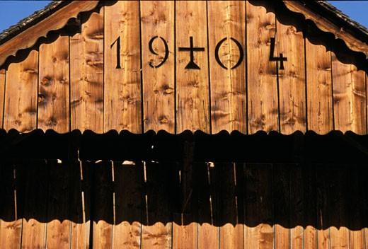 74. Vallée d'Abondance, détail facade d'un chalet ancien avec date (1904) : Stock Photo