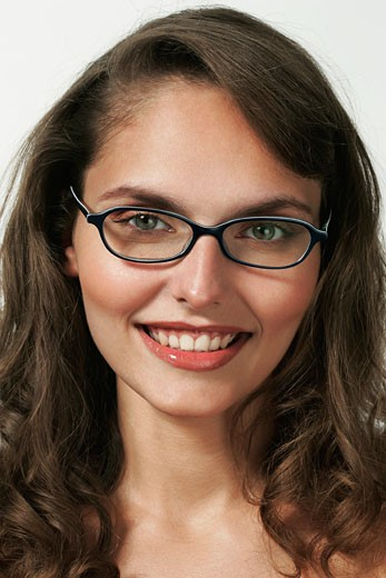Stock Photo: 1606-25118 IN*Portrait jeune femme brune posant souriante, lunettes de vue(Iléna)