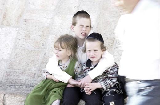 Stock Photo: 1606-25229 IN*Israel, Jerusalem, Mur des Lamentations (Kotel), 3 jeunes enfants juifs assis dans rue (fillette et 2 garçons)
