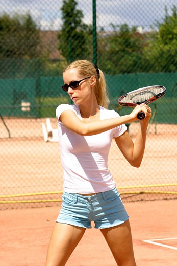 IN*Sophie jouant au tennis, short bleu et tee-shirt blanc, lunettes de soleil : Stock Photo