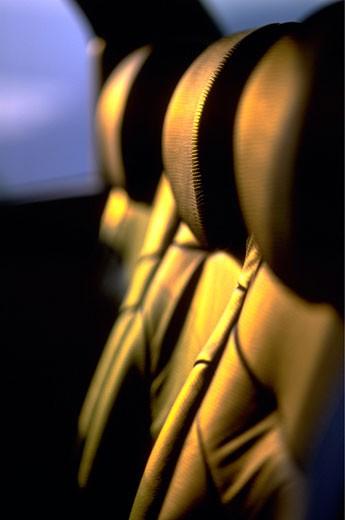 IN*Intérieur voiture vide, gros plan sur dossiers en cuir, lumière dorée : Stock Photo
