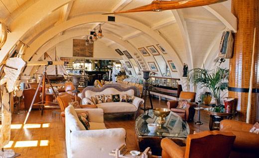 IN*Ile de Ré, interieur salon dans pièce voutée, lunette astronomique, parquet, plafond en lambris blancs, bibelots en forme de bateau : Stock Photo