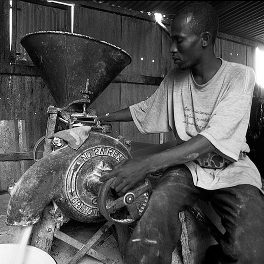 IN*Noir et blanc, Burkina Faso, Po, meunier de l'ethnie Gourounsi travaillant sur machine : Stock Photo