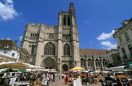France, Burgundy, Yonne, Sens, potters market on cathedral square : Stock Photo